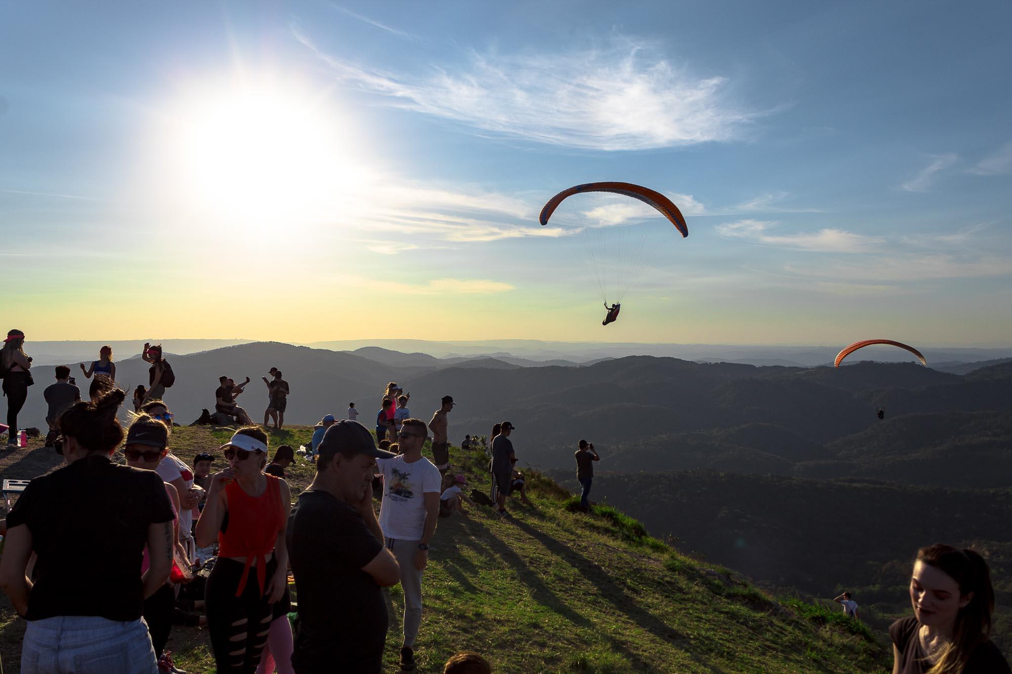 Cume do Morro do Cal. Público apreciando as decolagens de parapente.